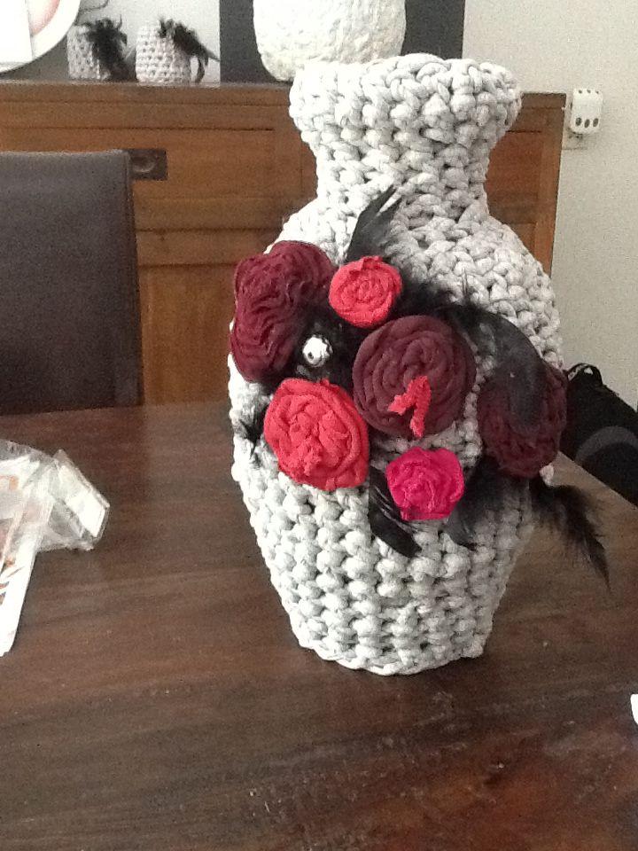 gehaakte vaas voorzien van bloemen gemaakt van  T shirts en ritsen....