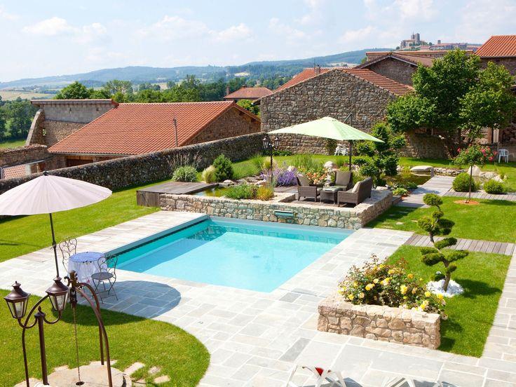 La piscine paysagée par l'esprit piscine - Piscine 6 x 5 m Revêtement gris clair Escalier d'angle intérieur avec mini banquette Margelles en pierre naturelle bleue et Bois de Merbau