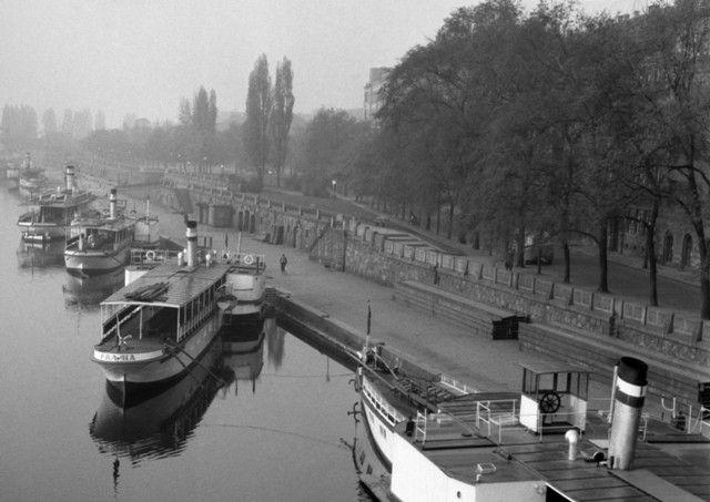 Smíchovské nábřeží s parníky (630), Praha, květen 1960 •  black and white photograph, Prague 