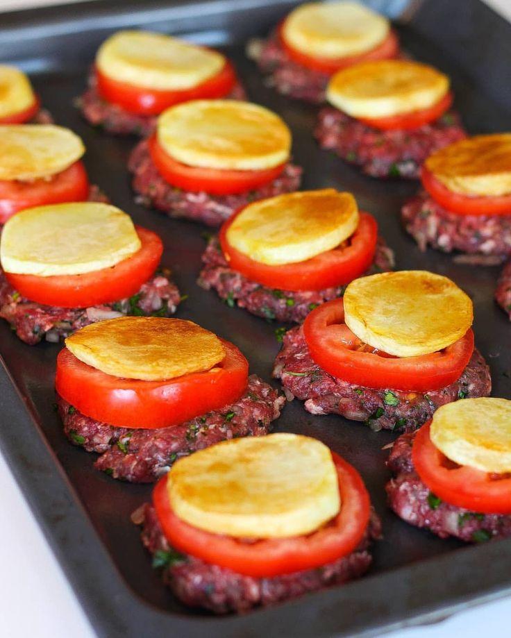 Kafta bel sonije (köfta i långpanna). Kryddig köttfärs som man antingen plattar ut helt i långpanna eller formar små biffar. - toppas med potatis/ost skivor, tomat, tomatsås (örter) och gratinerad/bakad i ugn. Väldigt gott att serveras med ris och sallad. Recept @zeinaskitchen ... tips fav