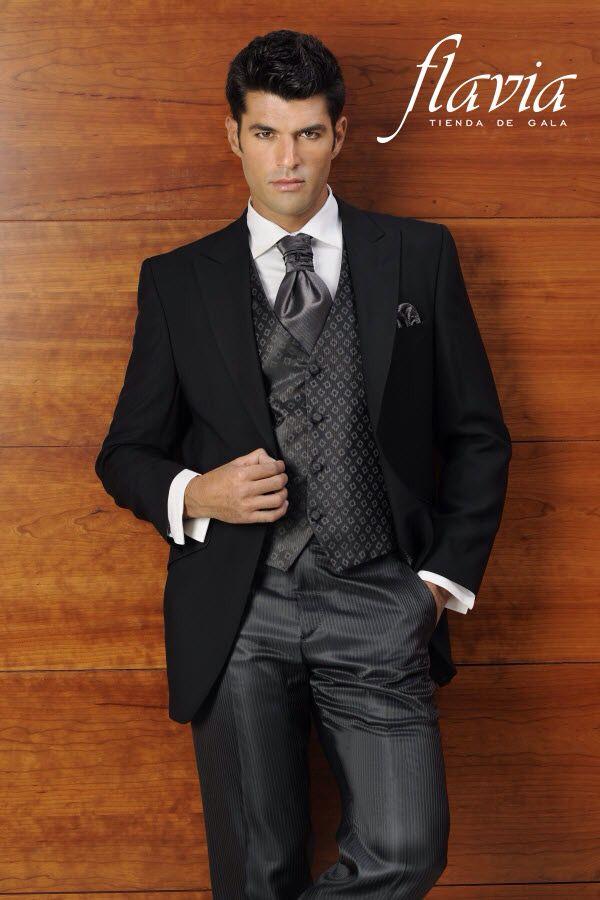 Traje de novio  con diseño vanguardista , resaltando tu elegancia y buen gusto