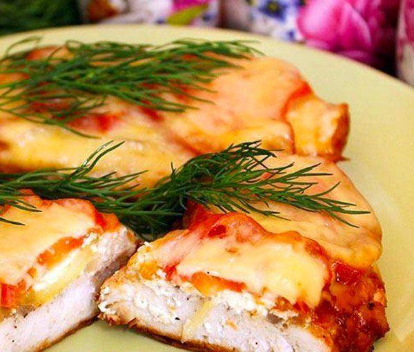 Курица по-французски в мультиварке - это очень вкусное и ароматное блюдо, курица запекается с помидорами и луком под аппетитной и хрустящей сырной корочкой.