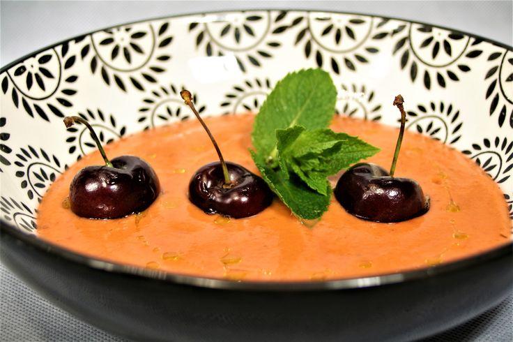 Sopa fría de tomates y cerezas con leche de coco y jengibre