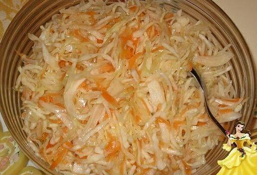 ИНГРЕДИЕНТЫ: На 2 кг нашинкованной капусты,2 средних моркови МАРИНАД:  На 1л воды 2ст.ложки крупной соли без верха 100г сахара 100г подсолнечного масла лавровый лист,перец горошком 150 мл уксуса 9% 1.Капусту нашинковать,морковь натереть на крупной терке 2.Капусту и морковь перемешать очень осторожно,капусту не отжимать руками, сложить в емкость с крышкой (на данное количество капусты подходит ведро 5л) 3.Сварить маринад,снять с огня и добавить уксус 4.Полученным горячим маринадом за