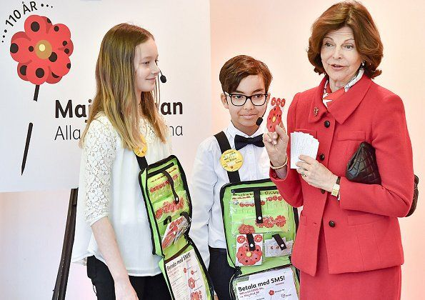 As patron of the Mayflower Charity Foundation, Queen Silvia purchased the first Mayflower pins of 2017 at the Maltesholm school (Maltessholmskolan) in Stockholm. The Mayflower Charity Foundation for Children is Sweden's biggest children's charity. The organisation works to improve conditions for children, and to tackle child poverty in Sweden. The first Mayflower pin was sold in 1907.