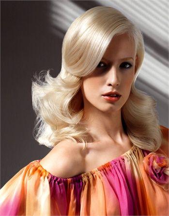 La proposta dei parrucchieri dei saloni Team Leo ripesca il famoso styling peekaboo di Veronica Lake, grande star del cinema Anni'40. Ciuffo ampio che copre lo sguardo e lunghezze ondulate e corpose.