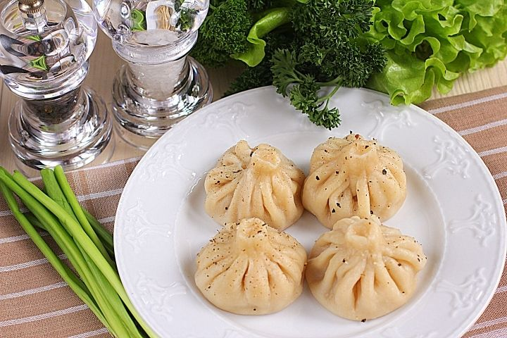 Хинкали - пошаговый рецепт с фото: Хинкали — национальное блюдо грузинской кухни, широко распространенное во всем мире. На родине хинкали посыпают черным молотым перцем и едят руками. Обычно их подают к столу в качестве основного и единственного блюда. Такой пир в народе называют хинклаоба...