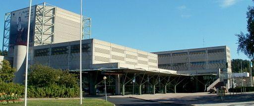 Lahden kaupunginteatteri perustettiin vuonna 1946, joka oli aluksi osakeyhtiöpohjalla. Omasta teatteritalosta unelmoitiin yli kolmekymmentä vuotta ja sinä aikana teatteri toimi väliaikaisesti konserttisalissa ja ammattikoululla. Teatteria alettiin suunnitella 70-luvulla ja sen pääsuunnittelijana toimi arkkitehtitoimisto Pekka Salminen Ky. Ensimmäinen näytäntökausi avattiin syyskuussa vuonna 1983.