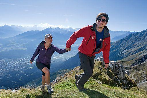Herbstlicher Urlaubstipp: Innsbrucker Alpenherbst trägt Wanderschuh und Kopfputz | Fotograf: Innsbruck Tourismus | Credit:Innsbruck Tourismus | Mehr Informationen und Bilddownload in voller Auflösung: http://www.ots.at/presseaussendung/OBS_20120906_OBS0008
