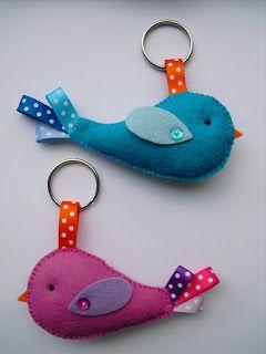 Deze schattige vogeltjes zijn gemaakt om aan je sleutelbos of tas te hangen. Ze zijn gemaakt van wolvilt en afgewerkt met satijn lint, op d...