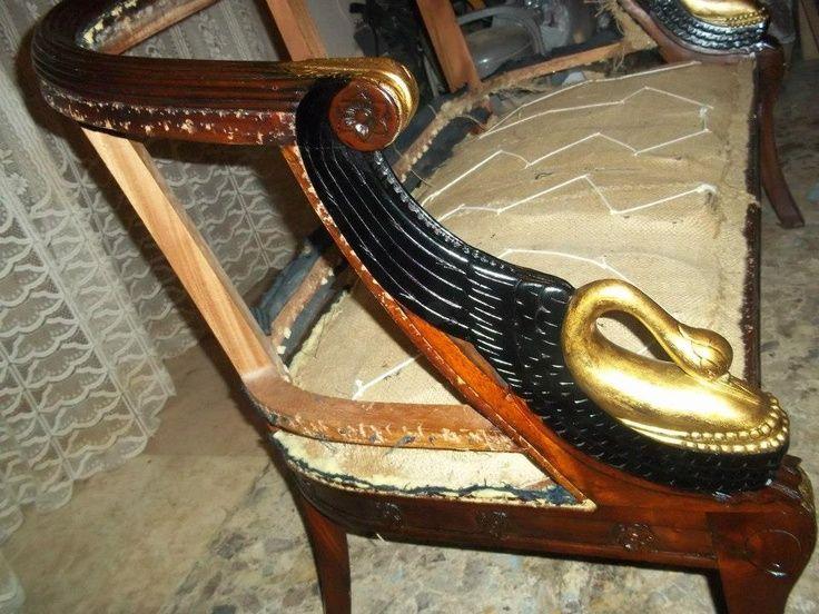In fase di restauro, mobile recuperato in patina, cigno in foglia oro
