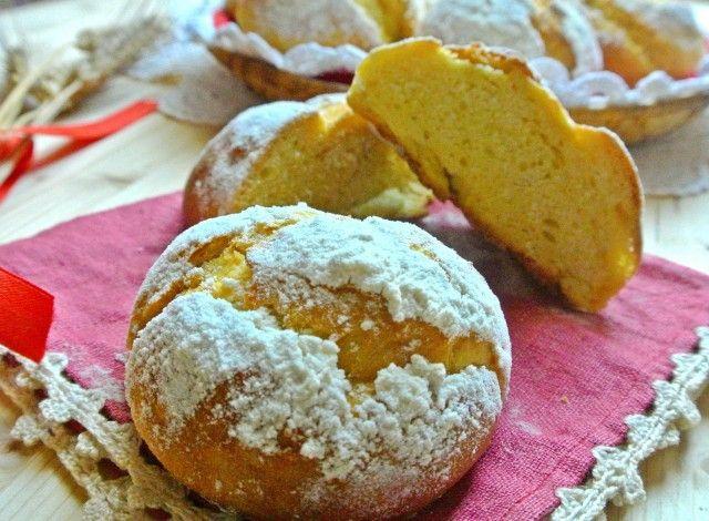 I panini di ricotta sono un tipico pane sardo. In dialetto si chiamano pani de arrascottu, sono ottimi per pranzo,  per una sana merenda o per un piccolo buffet. La ricetta è semplice e deliziosa. Io ho utilizzato il lievito madre ma potete tranquillamente utilizzare il lievito di birra. Ingredienti sani e genuini, ricotta, semola e miele,  per un ottimo pane fatto in casa.