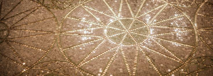 Il mosaico fatto a mano all'ingresso dell'Hotel.