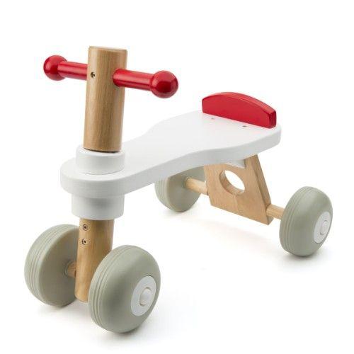Bien calé sur ce porteur aux couleurs modernes, l'enfant découvre les joies de la vitesse en toute sécurité et en silence grâce au siège à butée et aux roues parfaitement stables et silencieuses.