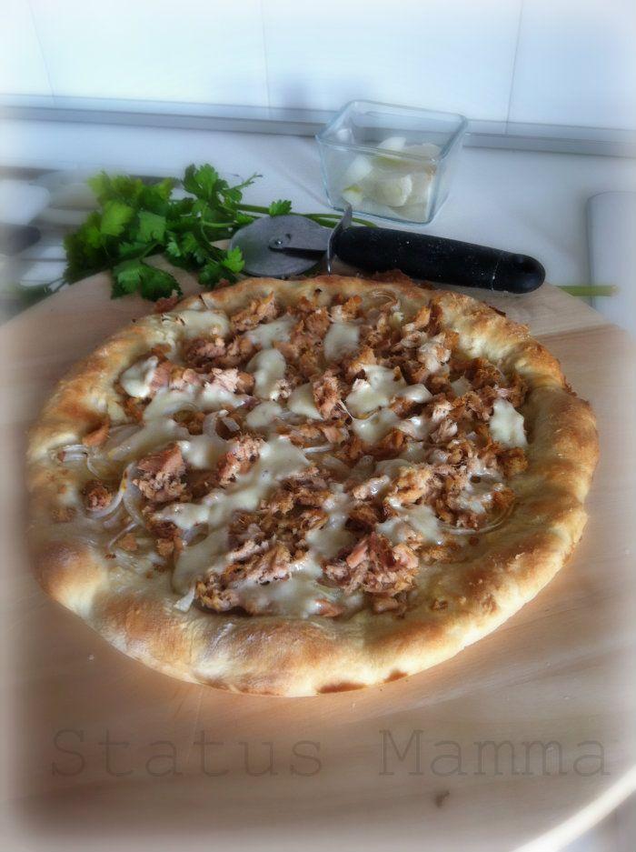 .Stuzzichino? Piatto unico? A cena con gli amici? Ecco a voi una semplice ricetta di  Pizza con tonno e cipolle.