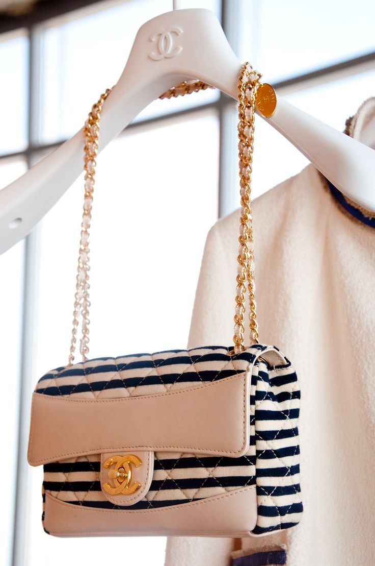 I usually don't like small bags like this one, but oh wow! I think Chanel made me change my mind
