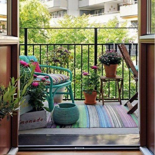 Des couleurs et des plantes sur le balcon #balcon #ville #couleurschaudes #couleur #plante #vert