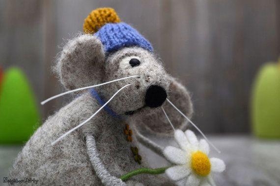 Houdt van mij... Houdt mij niet... Naald vilten muis met Daisy. Deze opsomming omvat de muis en 2 bloemen. Achtergrond decoratie (bomen) is niet inbegrepen. Grote Happy Valentines Day gift. LET op: ik MAAK DIT ITEM TO ORDER (2 weken) Ik voelde mijn objecten onderneming, die kost veel meer tijd en wol dan zachte, geeft hen een betere kwaliteit en maakt ze duurzamer. Bent u zeker om te genieten van mijn Gevilte artikelen voor de komende jaren. Gemaakt van zuivere wol. Muis is ongeveer 4(...