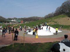 先日甥っ子を連れて横浜市のこどもの国牧場に行ってきましたよ() この公園はローラー滑り台とか遊具広場動物と触れ合える動物園があって楽しいスポットですよ これだけ沢山遊べるから何回来ても飽きないし子ども達も大喜び 皆さんもぜひ行ってみてくださいね tags[神奈川県]