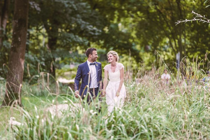 Pünktlich zum ersten Hochzeitstag von Nadja und Isi stelle ich nun diese wundervolle Hochzeit der beiden aus. Ein Jahr nachdem sie sie ihre ganz besonderen großen Tag im alten Wasserschlössl bei Altötting feierten. Diese DIY Hochzeit mitfreier Trauung hatte alles, was eine Hochzeit vollkommen macht. Von einer hammermäßig, wunderschönen Braut, über einen super stylischen Bräutigam, … – Elli Drinkwater