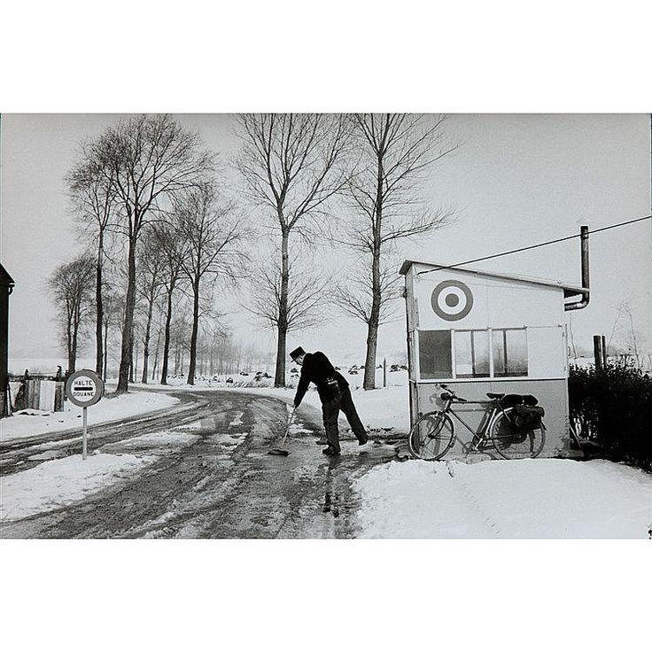 Henri Cartier Bresson, Poste de douane, Frontière franco belge. <br>  <br> Tirage des années 60, tampons au verso. <br>  <br> 17 x 24 cm