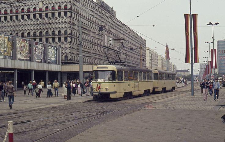 Magdeburg ~~~~ Ordentlich geflaggt zum Tag der Republik zeigt sich die Karl-Marx-Straße und die Straßenbahn. (07.10.85)