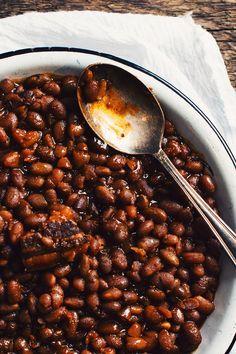 Avez-vous déjà mangé des fèves au lard à la bière? Cette recette à lamijoteuse est exquise! La Trois Pistoles d'Unibroue est une bière forteavec des arôm
