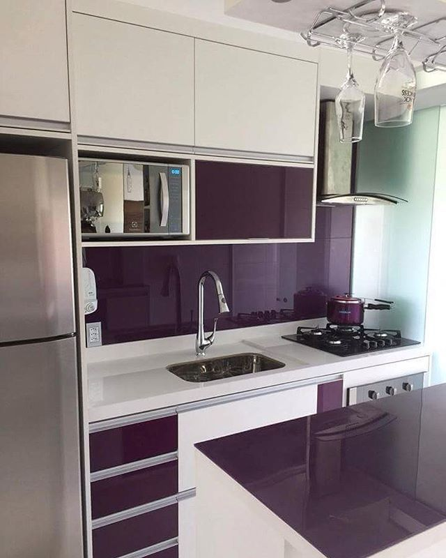 Cozinha com toque de cor! Linda e charmosa! Cozinha pequena com tons de roxo com branco! Um charme!