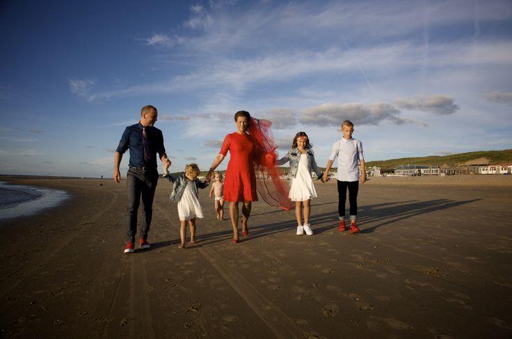 Een kleine (zo min mogelijk geregisseerde) fotoreportage op het strand met het gezin. Jans wil nog steeds geen jurk aan.  Kleding bruidegom: Hugo Boss, rode Allstars sneakers. Kleding bruid: La Dress (Alice Rood), schoenen: Dune Rood, Hair by Bijwaard Kappers te Heiloo, Make up by Tamar  Grahmbeek Heiloo   Kleding jongen: Tommy Hilfiger, schoenen: Nike Kleding meisjes: H&M en  Foto's door Ronald Gilles