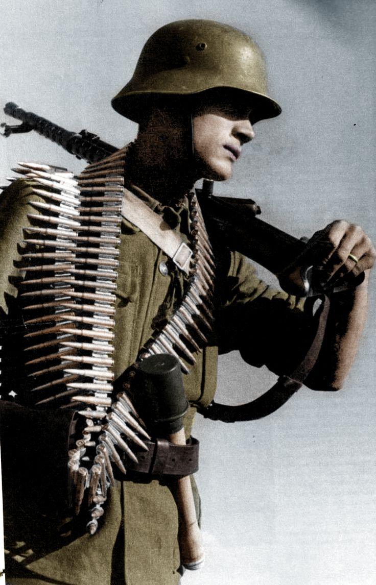 Magyar géppuskás Sholoturn 31 típusú géppuskával.