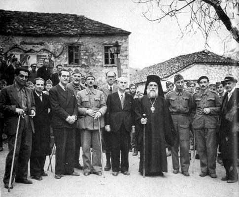 Τα μέλη της ΠΕΕΑ και ο Μητροπολίτης Ιωακείμ. Από αριστερά προς δεξιά: Κ. Γαβριηλίδης, Στ. Χατζήμπεης, Αγγελος Αγγελόπουλος, Στρατηγός Μανώλης Μάντακας, Γιώργ. Σιάντος, Πέτρος Κόκκαλης, Αλεξ. Σβώλος, Ιωακείμ Κοζάνης, Ευρ. Μπακιρτζής, Ηλίας Τσιριμώκος και Νίκος Ασκούτσης