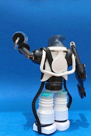 ReciclaBot es un proyecto de diseño de robots que utiliza frascos y plásticos reciclables, aprovechando la morfología de estos para construir personajes dotados de cualidades especiales o poderes Eco-Amigables, que por medio del juego de roles generan con…