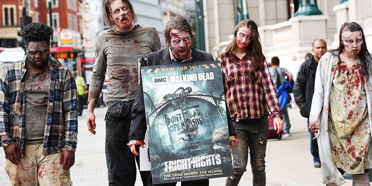 À Londres, pour promouvoir une attraction sur le thème de The Walking Dead, un parc a imaginé un panneau publicitaire infesté de zombies.
