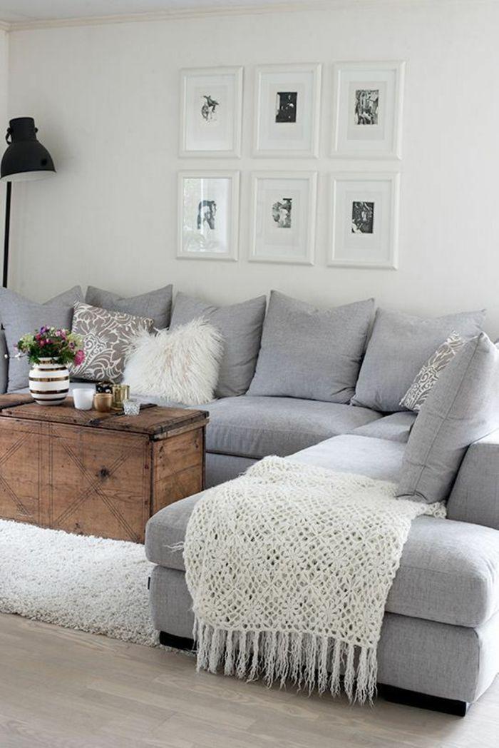 gris perle salon canapé gris clair angulaire avec des grands coussins gris et six tableaux au cadre blanc