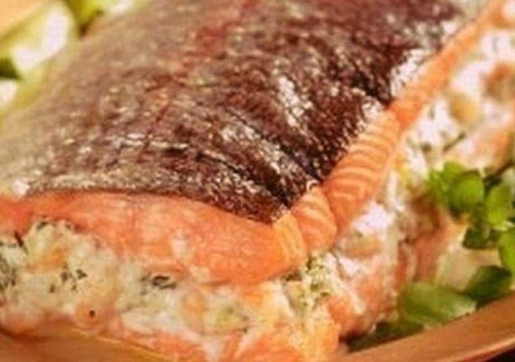Самый вкусный фаршированный лосось только на Вашем столе благодаря этому простому пошаговому рецепту. Нежная ароматная рыбка пленит своим вкусом всех.