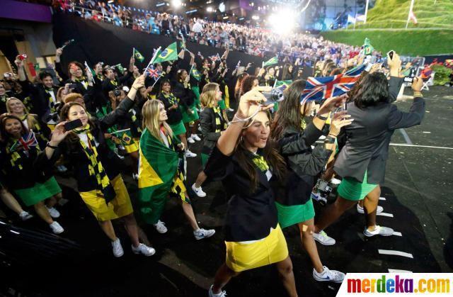 Kontingen Brasil ambil bagian dalam parade atlet pada upacara pembukaan Olimpiade London 2012 di London, Inggris.