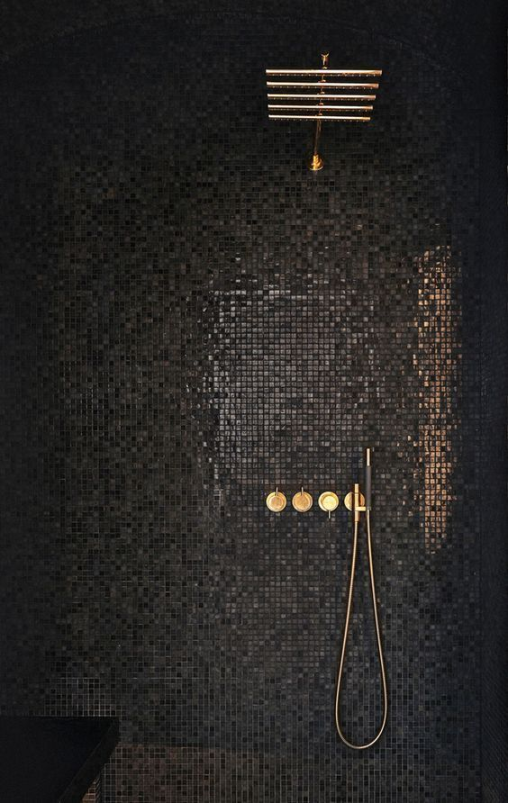 Una opción muy elegante sin duda, mosaicos negros en tu regadera.