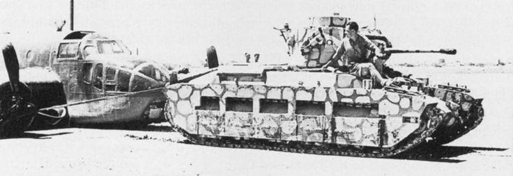Британский пехотный танк Mk II «Матильда II» буксирует поврежденный бомбардировщик-торпедоносец Bristol Beaufort