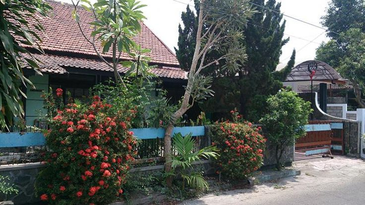 Rumah Dijual: Depan THR Brigjen Katamso Yogyakarta. Sertifikat Hak Milik. Luas tanah 585 m2. Luas bangunan 500 m2. Lebar 15 m, panjang 39 m. Garasi, carport, halaman depan taman, halaman samping luas, kamar tidur, kamar mandi, ruang tamu, ruang keluarga, dapur. Mobil papasan. Lokasi sangat strategis 5 menit menuju THR, JogjaTronik, Alun-alun Utara. Investasi yang sangat bagus.