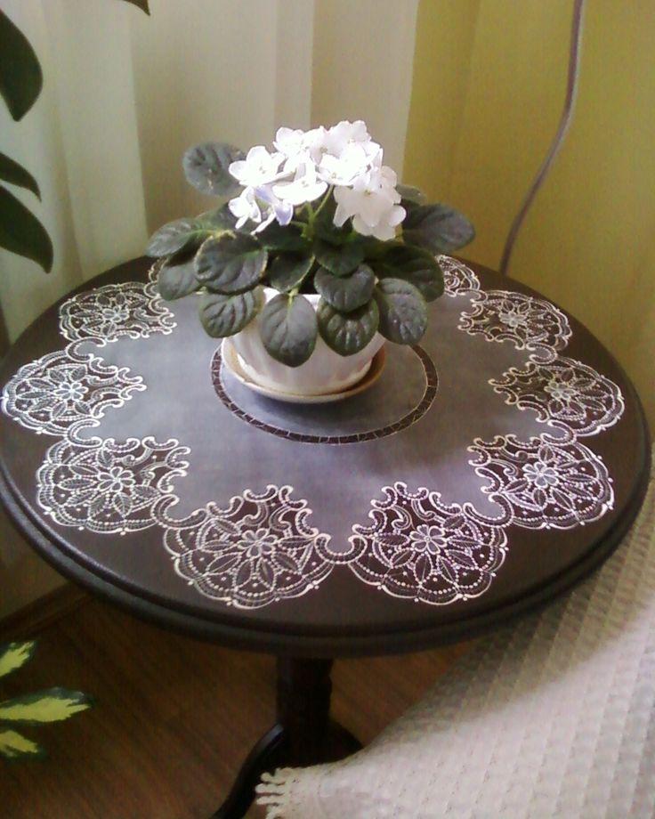 Mesa com renda pintada à mão. Inspirado em Arlene Linton e orientações de Sílvia do Ponto Kountry.