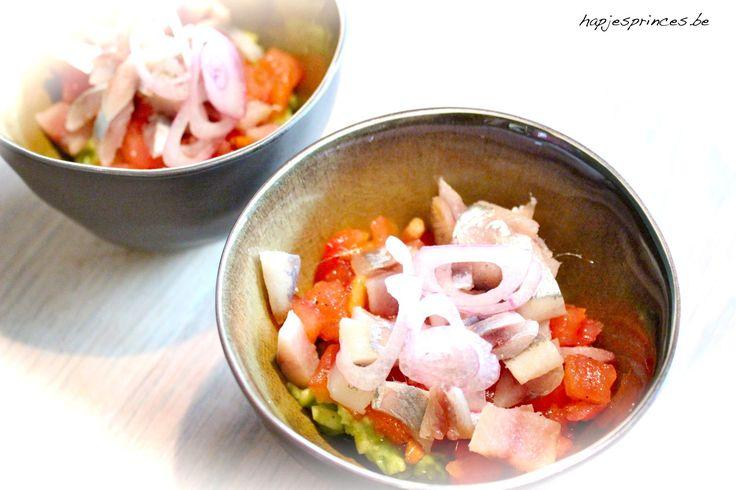 hapje met gerookte sprot met tomatensalsa en guacamole is een recept van Jeroen Meus. Ik heb het hapje zonder het brood gemaakt, maar gewoon in een glaasje.