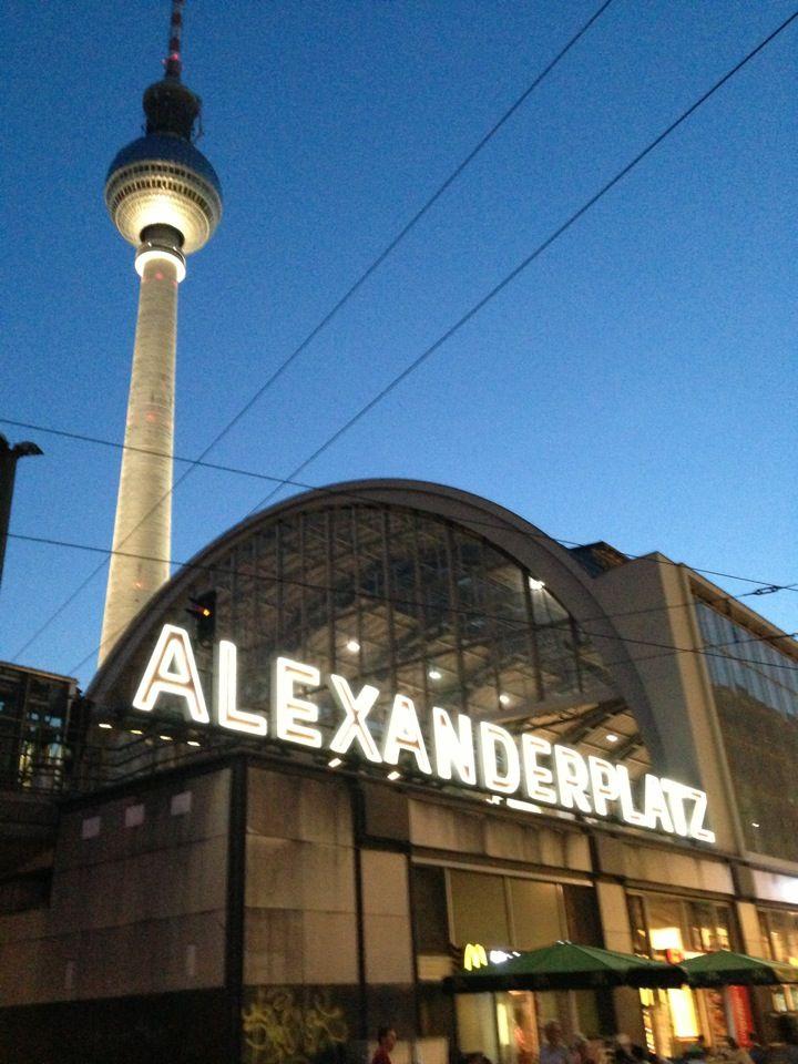 Grimper au sommet de la tour de télévision de l'Alexanderplatz pour profiter de la vue incroyable 360 degrés sur la capitale allemande et sa place légendaire si importante pour les habitants de Berlin