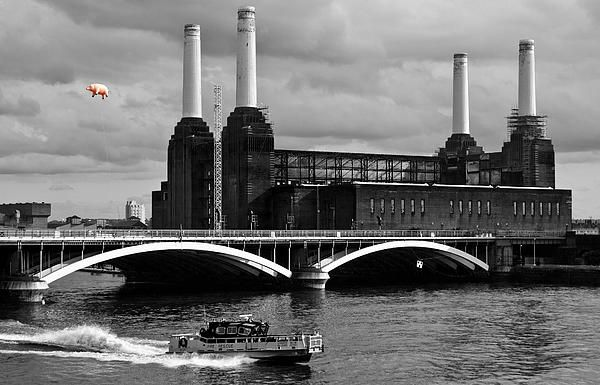 Pink Floyds Pig at Battersea Power Station with a police boat