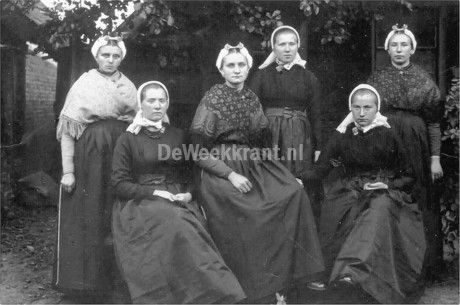 Scheveningse evacuees in de traditionele klederdracht van Rijssen. Van links…