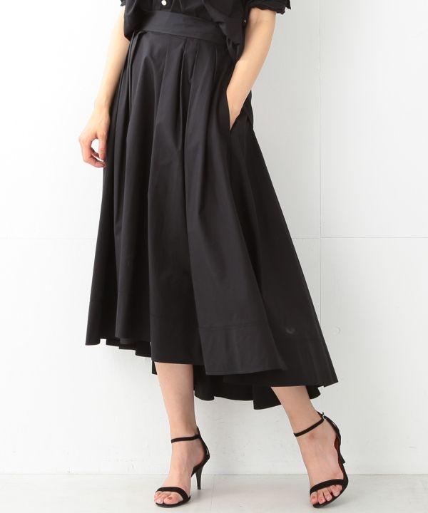 MADISONBLUE TUCK VOLUME SKIRT ¥48,600(税込)商品番号:64-27-0390-973 素材:綿100% 人気を博したタックボリュームスカートより、夏の終わりの日に焼けた素肌に似合うブラックが新登場。ハイウエストで着用し、シルエットで魅せる大人のボリュームスカート。ドレーピングで作り上げた、美しく華やかなシルエットが魅力です。素材にはJ.BRADLEY SHIRT(品番:64-01-0295-973)と同様のコットンタイプライターを使用。J.BRADLEY SHIRTとの着こなしがオススメです。