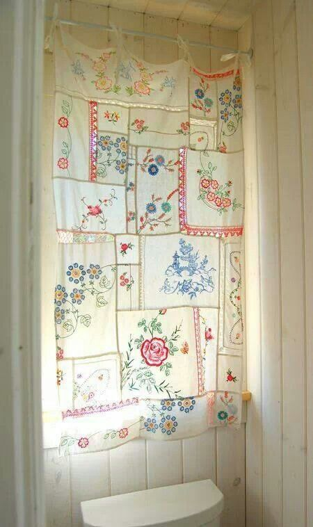 Gemaakt van vintage tafelkleden, theedoeken, zakdoeken enz. Mooi voor een badkamerraam.