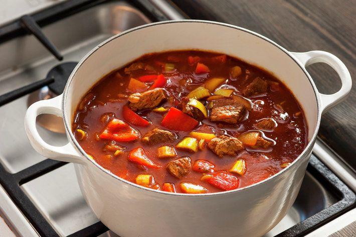 Gulasj er en kraftig gryterett med masse smak, og en av nasjonalrettene i Ungarn. Det finnes mange gulasjvarianter. Her er en kjapp versjon med mørt, norsk storfekjøtt i terninger, paprika, tomat og krydder.