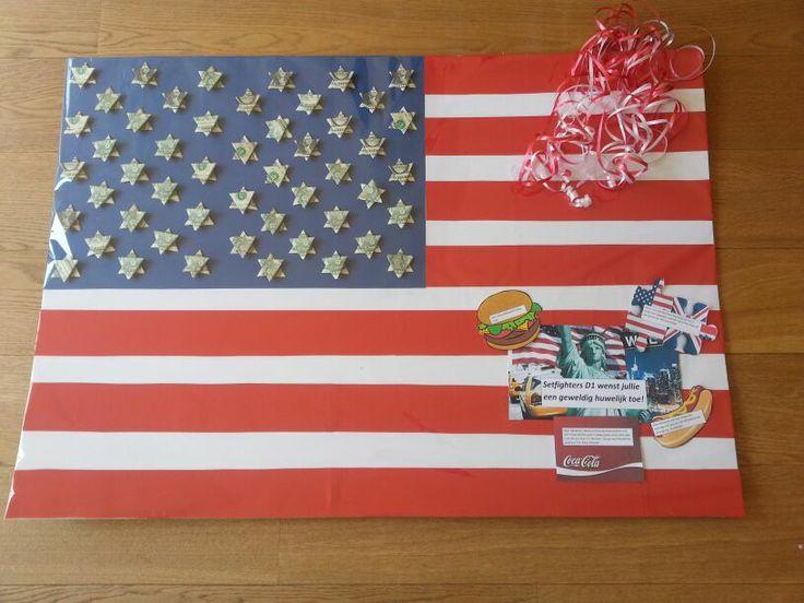Dollarbiljetten gevouwen tot sterren. Als bijdragen voor de huwelijksreis door amerika.