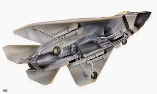 Aviones Caza y de Ataque: X- 32 JSFTripulación: 1  Longitud: 45.01 pies (13,72 m)  Envergadura : 36 pies (10,97 m)  Altura: (5,28 m)  Área de ala: 590 ft² (54,8 m²)  Max. peso al despegue : 38.000 libras (17.200 kg)  Central eléctrica : 1 × Pratt & Whitney F119 derivado postcombustión turboventilador  Empuje en seco: 28.000 lbf (125 kN)  Empuje con postcombustión : 43,000 lbf [ 11 ] (191 kN)