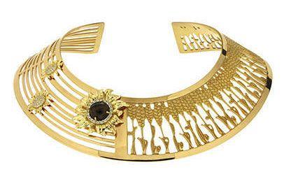 I gioielli per l'estate 2014 sono importanti. Misis gioca con i girasoli, in oro e argento di Pienza nel bracciale schiava e nel colletto.http://www.sfilate.it/220325/dal-bracciale-schiava-al-colletto-argento-la-parola-dordine-e-stupire